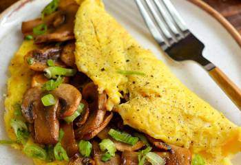 (442) Sticky Sriracha Mushroom Omelette | Slimming World